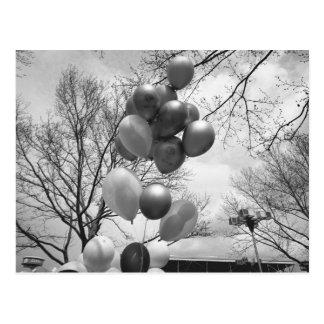 気球のアウトドアB&Wの低い角度の束 ポストカード