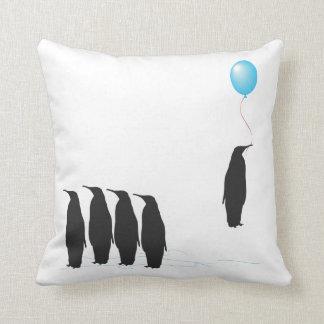 気球のクッションの枕を持つペンギン クッション