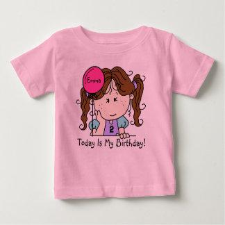 気球の誕生日のTシャツを持つカスタムなブルネットの女の子 ベビーTシャツ