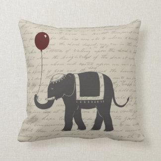 気球を持つ象 クッション