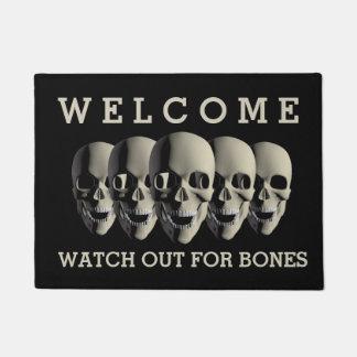 気色悪いスカルの骨組はハロウィンの歓迎の骨を抜きます ドアマット