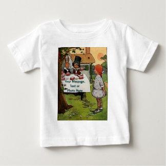 気違いのお茶会の乳児のTシャツ ベビーTシャツ