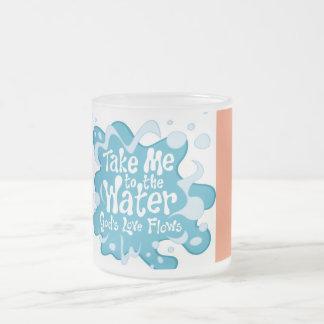 水に私を連れて行って下さい。 神の愛流れ フロストグラスマグカップ