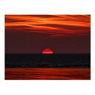 水に置く太陽の美しいイメージ ポストカード