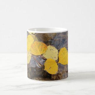 水に《植物》アスペンの葉 コーヒーマグカップ