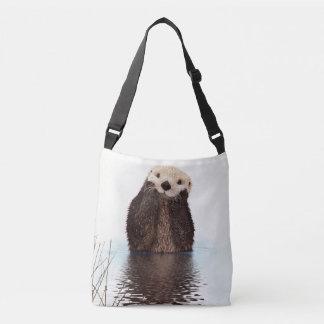 水のかわいい毛皮で覆われたカワウソ クロスボディトートバッグ