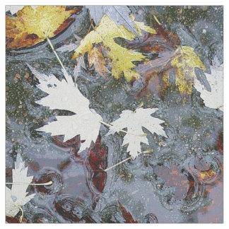 水の秋の秋のカエデの木の葉 ファブリック