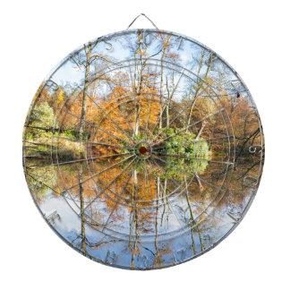 水の鏡像の秋の森林 ダーツボード