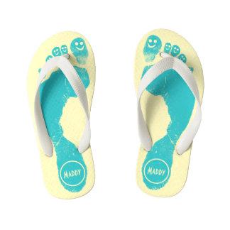 水の青い足跡のスマイリーToes™の幸せな日曜日の黄色 キッズビーチサンダル