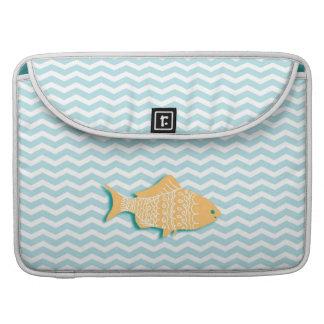 水の青のシェブロンの金魚 MacBook PROスリーブ