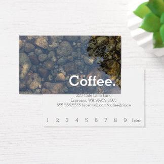 水はシンプルなロイヤリティのコーヒーパンチカードに投石します 名刺