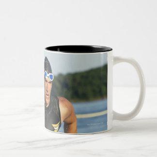 水を使い果たす男性のathelete間2 ツートーンマグカップ