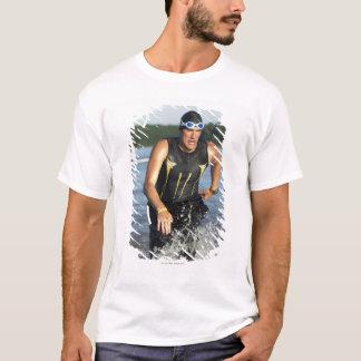 水を使い果たす男性のathelete間2 tシャツ