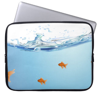 水アクアリウムの下の金魚 ラップトップスリーブ