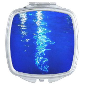 水コンパクトの鏡の青いライト