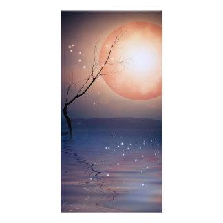 水上のピンクおよび青いファンタジーの光っている月 カード
