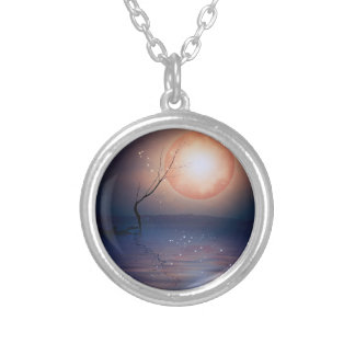 水上のピンクおよび青いファンタジーの光っている月 シルバープレートネックレス