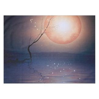 水上のピンクおよび青いファンタジーの光っている月 テーブルクロス