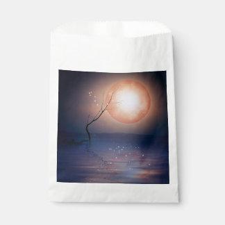 水上のピンクおよび青いファンタジーの光っている月 フェイバーバッグ