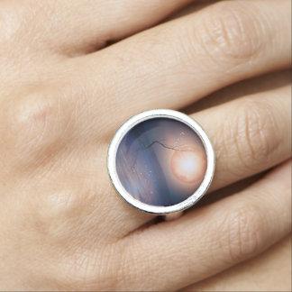 水上のピンクおよび青いファンタジーの光っている月 指輪