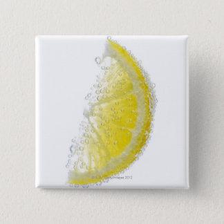 水中に沈む水分が多い熟したオーガニックなレモンくさびのフルーツ 5.1CM 正方形バッジ