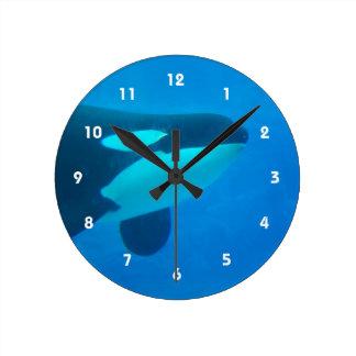水中のシャチのシャチの青 ラウンド壁時計