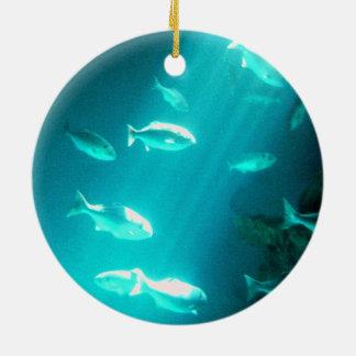 水中魚の水泳一条の光線 セラミックオーナメント