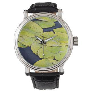 水彩画のスイレンの浮いている葉 腕時計