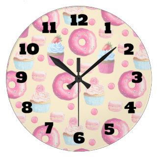 水彩画のドーナツのマカロンそしてカップケーキパターン ラージ壁時計