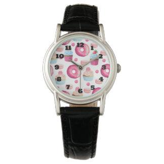 水彩画のドーナツのマカロンそしてカップケーキパターン 腕時計