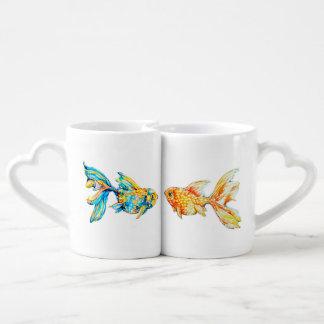 水彩画の金魚と置かれるネスティングコーヒー・マグ ペアカップ