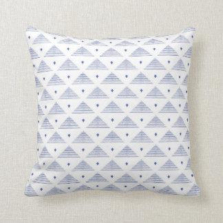 水彩画の青い三角形パターン クッション