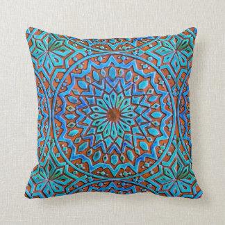 水彩画の青そしてブラウンのモロッコのタイルパターン クッション