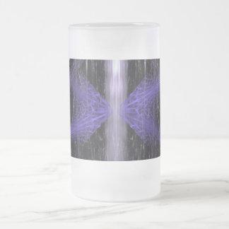 水晶の破烈。 黒いおよび紫色のフラクタルの芸術 フロストグラスビールジョッキ