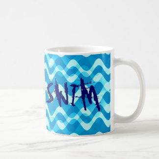 水泳のテーマのタイポグラフィのマグのギフト コーヒーマグカップ