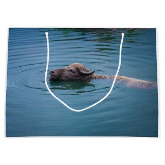 水泳の水牛 ラージペーパーバッグ