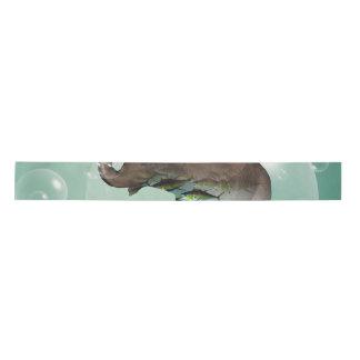 水泳の魚を持つかわいい象 サテンリボン