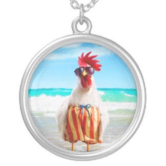水泳パンツのビーチのオンドリの男Chillin シルバープレートネックレス