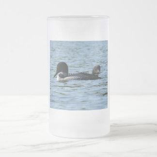 水潜り鳥のカップルによって曇らされるマグ フロストグラスビールジョッキ