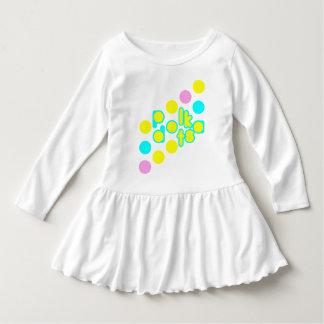 水玉模様のデザインの白い幼児のひだの服 ドレス