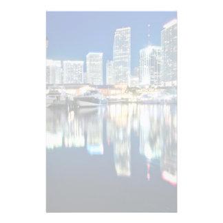 水、マイアミの反射のスカイラインの眺め 便箋