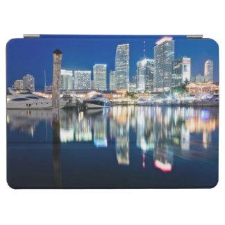 水、マイアミの反射のスカイラインの眺め iPad AIR カバー