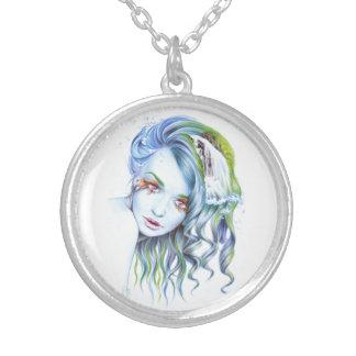 """""""水""""女性の超現実的なポートレートのネックレス シルバープレートネックレス"""