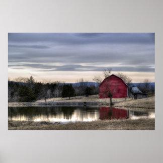水HDR写真の赤い納屋の反射 ポスター