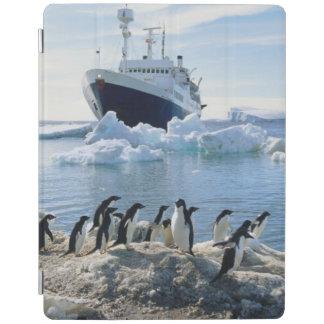 氷ったビーチに立っているペンギンのグループ iPadスマートカバー