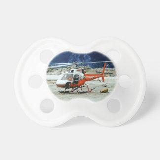 氷河山の上に上陸するヘリコプター おしゃぶり