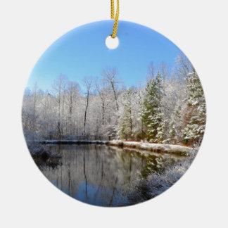 池のまわりの雪で覆われた景色 セラミックオーナメント