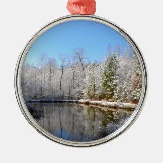 池のまわりの雪で覆われた景色 メタルオーナメント
