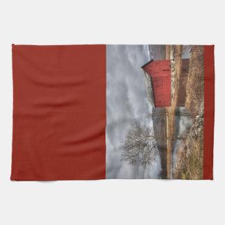 池の皿タオルに反映する国の赤い納屋 キッチンタオル