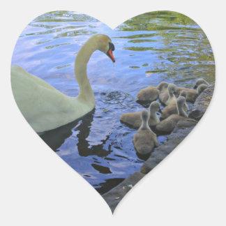 池の赤ん坊を持つ母白鳥 ハートシール
